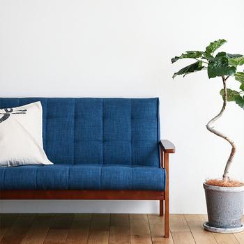 ソファやテーブルなどの大きい家具を掃除の度に動かすのはちょっと大変ですよね。そこで、家具を選ぶ時は脚の長さに着目してみましょう。床との間に適度な透き間があると、掃除機やモップなどが楽に入りますよ!