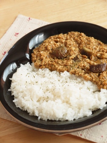 水切り不要のお豆腐と茄子のキーマカレーです。レンジで玉ねぎの甘さを出すのがポイント!