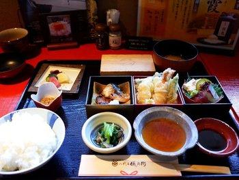 ランチは1500円前後が多く、いずれもごはんのお代わりは自由です。10分以内に炊き上がったご飯しか出されないというこだわりもご飯の美味しさを期待させられますね。