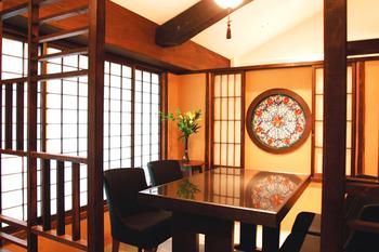 2階の客席は、テーブル席または掘りごたつ。