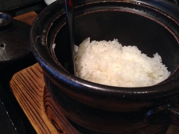 西京焼きに一番合うのは、やっぱり白いご飯。 「京都一の傳」では、一席毎に土鍋が用意され、着席とともに火入れされるので、丁度良い頃に炊きあがります。  米は、京丹後のA5ランク。西京漬けをお土産にするのも良いですが、とびっきり美味しいご飯とともに、最高の焼き加減の西京焼きを味わうのならぜひここで。