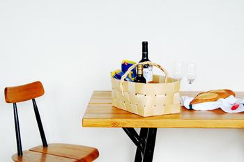 テーブルの上に乗るサイズのカゴは、ワインや雑貨を入れたりするほか、食料の保管かごとしても。ナチュラルな風合いが入れたものをオシャレに見せてくれますね。