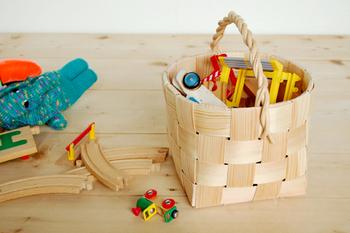 正方形のバスケットは小さめサイズながら深さがあります。ごちゃつきがちでカラフルなおもちゃの整理も、こんなかごに入れればスッキリ。