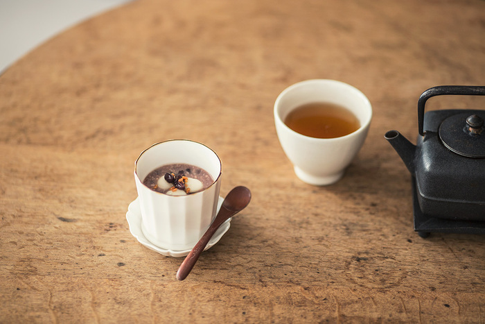 国産の小豆を、飛騨高山の水で仕込んで作られた甘酒と一緒にふっくらと炊き込んだぜんざいと甘さを引き立てるほうじ茶のセット。 ぜんざいには季節ごとによもぎやかぼちゃなどが入り、白玉は一つ一つ手作りです。体を優しく温めてくれる、ほっと一息つけるデザートです。