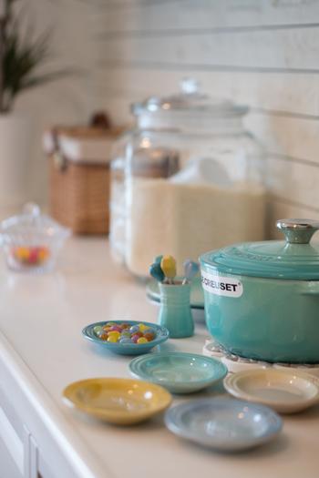 食卓を彩るキッチンアイテムと言えば、陶器や磁器、ガラスなどが代表的ですが、たまには違った素材を加えると食卓が生き返ったように輝きます。新鮮で華やかさのあるアイテムとして、ステンレス食器に目を向けてみるのはいかがでしょう。いつもと違う素材感がテーブルをリフレッシュしてくれますよ。