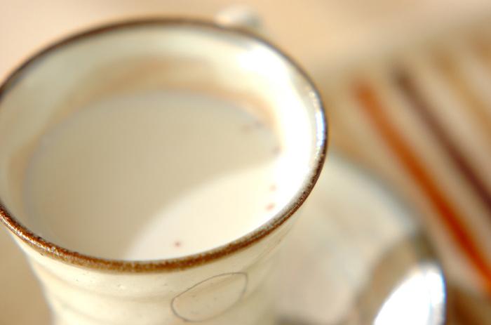 牛乳、ジャム、蜂蜜があれば作れちゃうお手軽ホットドリンク。ジャムはお好みのものをチョイス。甘さは蜂蜜で調節します。イチゴジャムで作れば、ほんのり甘いイチゴミルク味。ミルキーな味わいを堪能できます。