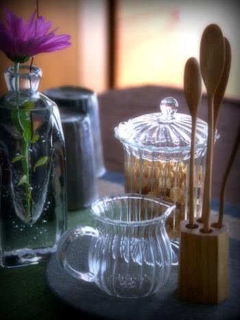 陶磁器やガラスの器もいいけれど、たまにはスタイリッシュでおもてなしにもぴったりのステンレス製のキッチンアイテムを加えると、手持ちの食器との新しいコーディネートを楽しめそうです。