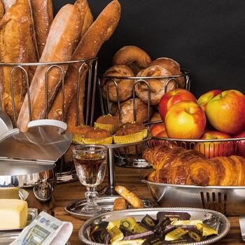 「MOTTA」のステンレス食器はシンプルなデザインながら、エレガントでノスタルジックな表情が魅力。金属の輝きが食卓を華麗に演出してくれますよ。