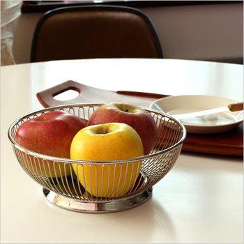 シンプルでモダンなデザインのワイヤーバスケットです。Lサイズは食卓の中央においても華になる大きさ。フルーツを華やかに飾れますね。