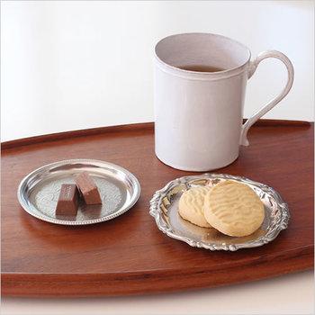 コースターはクッキーやチョコレートを載せる菓子皿としても。こちらは中央に細かな文様が彫られ、光によって繊細に浮かび上がります。