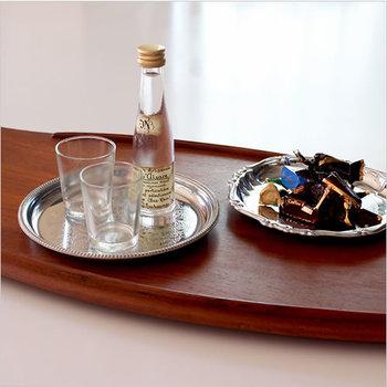 お菓子を置いたり、飲み物を置いたりするのに便利なソーサー。お皿の中央に細かな彫刻が施され、一層華やぎを添えています。