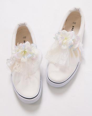 ビーチやガーデンウエディングなら、こんなお花つきスニーカーはいかが?ロマンティックで、ミニドレスに似合いそう。
