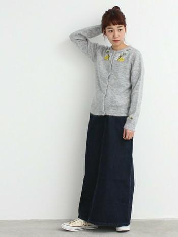上品な刺繍がポイントの清潔感のあるカーディガンは、お行儀よボタンを全部しめて着るのがポイント。ボトムスは、デニムのロングスカート×コンバースでカジュアルにはずすのが上級者コーデです。