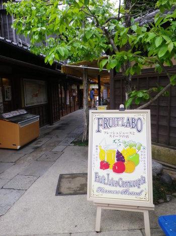 ショーケースにずらりと並んだ季節のフルーツを、その場で絞った濃厚なジュースが飲めるお店です。