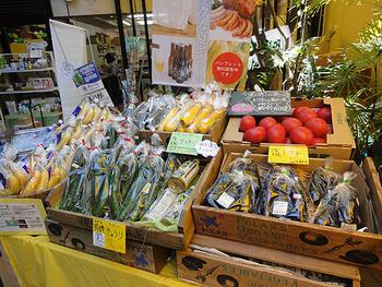 レストランの隣にある「野菜市場」で新鮮な有機野菜や食材を買う事もできます!