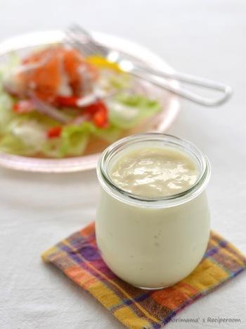 豆乳で作る、ヘルシーなマヨネーズのレシピ。卵不使用、油も控えめで作れます。ゼラチンを加えるので、ぷるんとした口当たりに。野菜スティックのディップとしてもおすすめです。
