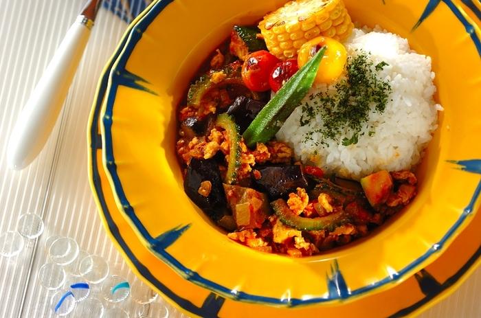 ゴーヤ、ズッキーニ、ミニトマトなど夏野菜たっぷり&彩り鮮やかな見た目にも楽しいキーマカレー。お皿もビビッドカラーで元気にテーブルを演出しましょう!