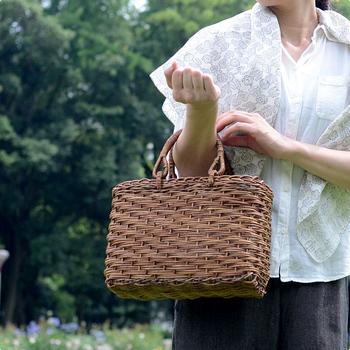 最近では、やまぶどうや、くるみなどの民芸品としてのかごバッグも人気があり、夏だけでなく冬にもお洒落に取り入れて 素材の経年変化を楽しんでいる人もいるようです。