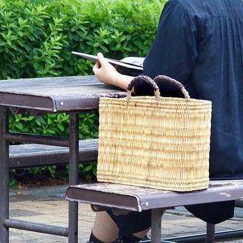 元々はお買い物バッグとして、町の商店街で使われていたかごバッグ。機能性の面から見ても、かごバッグは年中使えるアイテムだということですね。