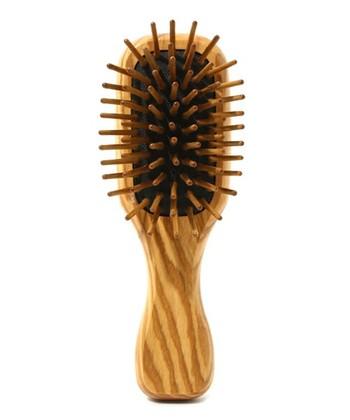 こちらも同じくREDECKERのヘアブラシ。ピン(髪をとかす部分)には、ウォルナッツと天然素材が使用されています。静電気が起こらないので、髪を傷つける心配もありません。