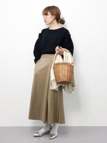 まるでジェーン・バーキンが持っていたようなバケツ型のかごバッグを使われている方も多いですね。シンプルコーデに、シルバーのパンプスがアクセント!