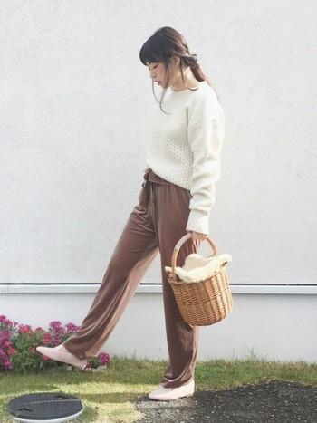 白ニットとリラックス感満載のパンツがかごバッグの雰囲気とよくマッチしていますね♪バッグの蓋には、取り外し可能のファー素材が付いているので季節問わずに使えて◎です。