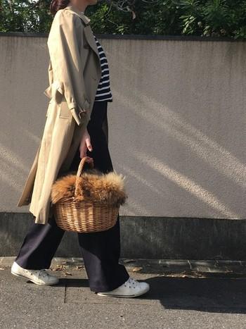 かごバッグから覗くファーが、より季節感を増してくれていますね。ボーダーとトレンチとの相性もばっちり♪