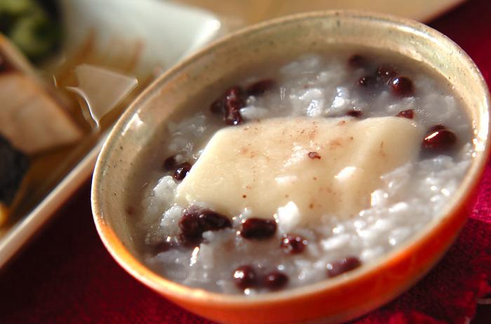 先ほどの、茹でた小豆に一つまみ塩をいれたものを、お粥に乗せればシンプルな小豆粥の完成です。15日の小正月に食べ、無病息災を祝うことでしられています。そういう季節の習わしと共に、食べるのも味わう上で大切ですね。余ったお餅を入れても。