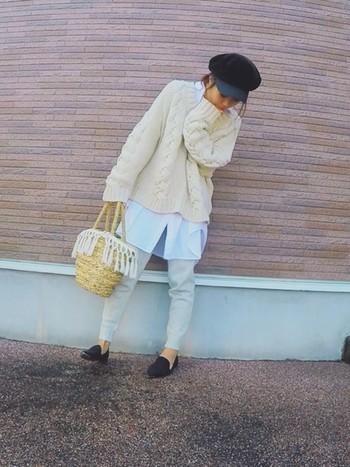 温かなニットコーデに似合うように、冬素材のフリンジをかごバッグに付ければ一気に冬使用に!
