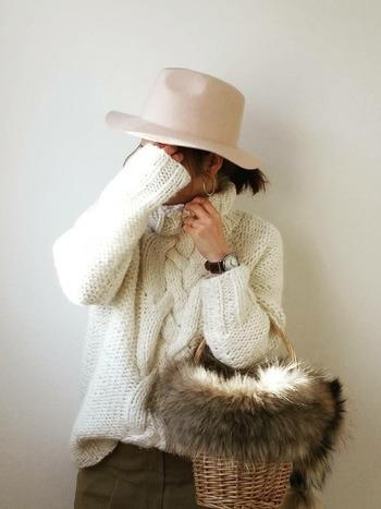 いざ、冬のコーデに取り入れようと思っても、夏のイメージが強すぎてなかなか使い道が分からないという人には、お手持ちのかごバッグに毛糸やファーを付けるのもおすすめです。
