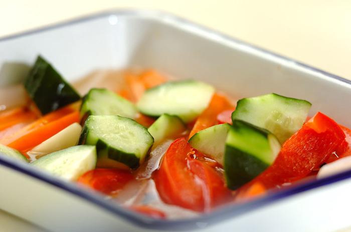 ニオイ移りの心配がなく、酸に強い琺瑯容器は、ピクルス作りの強い味方!かさばらないので、冷蔵庫の中もスッキリ整頓できますよ。