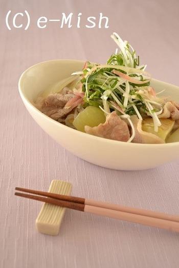 大葉、ネギ、みょうがなどたっぷりの薬味でいただく塩肉じゃがは、お出汁の味わいをシンプルに楽しめる一品です。