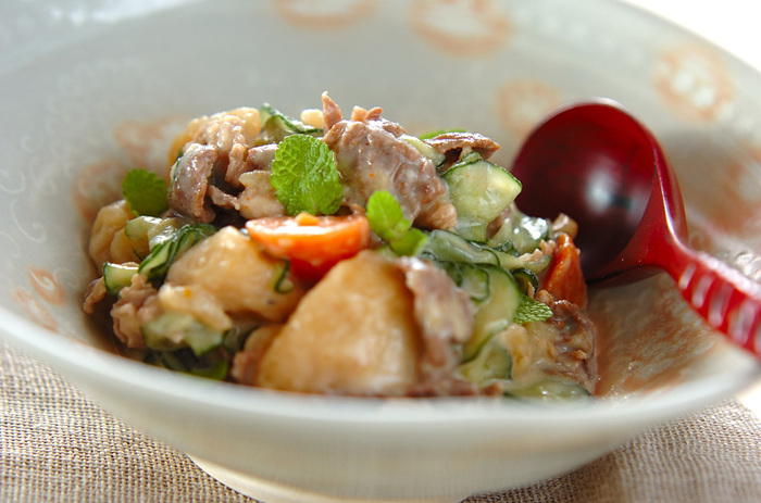 肉ジャガにニンニクを効かせたヨーグルトを加えるだけで、エスニックなサラダ風な一品に♪