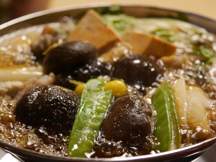 都内で唯一「あんこう鍋」を食せる老舗「いせ源」。丁寧に下ごしらえした「あんこう」を、お店独自の割り下で煮立て、「あんこう」の奥深さを味わわせてくれます。