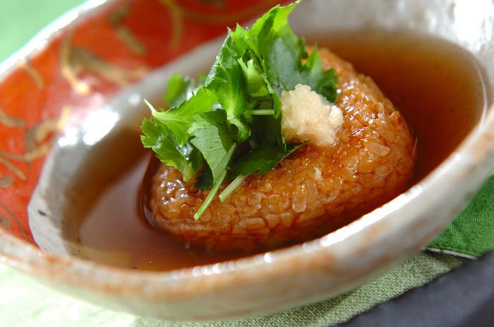 いつもの焼きおにぎりをちょっぴり上品にいただくのもおすすめ♪こちらのレシピは冷凍の焼きおにぎりを使用していますが、出来立ての焼きおにぎりに出汁をかけていただくのも更に絶品ですよ。