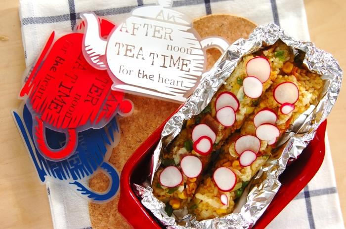 最後にマヨネーズをかけてオーブントースターで焼き上げるのがポイント。カレー×マヨネーズ、意外と相性良いんです♪カラフルな野菜で飾り付ければ食欲もわきますね。