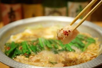 京都ではなかなか予約がとれない「もつ鍋」の有名店「亀八」が、東京に進出! 自慢のもつ鍋は、赤(醤油系)と白(味噌系)が選べますが、おすすめは「白」。京都から直送した、京出汁、京都の特製白味噌、滋賀県産の近江牛を使ったお鍋です。店員さんが鍋を作っくれるシステムで、具材は、もつ・キャベツ・豆腐・ごぼう、食べごろ直前にもやしを投入。