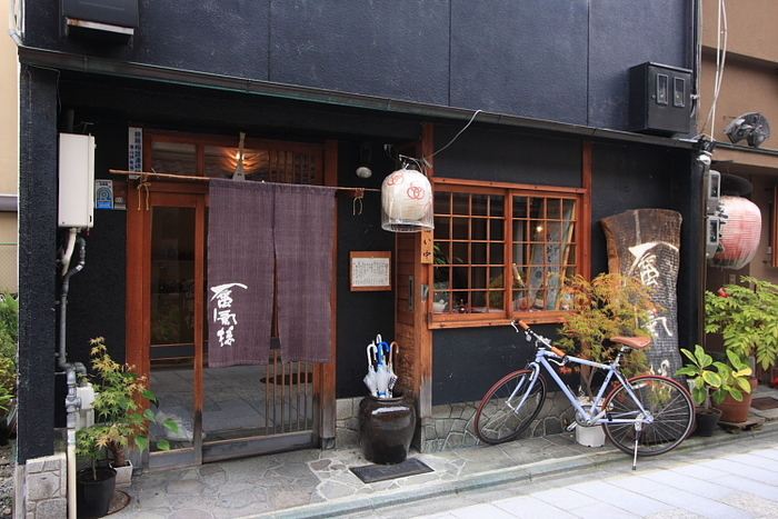 京都五花街のひとつ、宮川町にある蜃気楼。お茶屋さんをリノベーションしたシックな雰囲気の中、リーズナブルなお値段で創作京料理が味わえます。