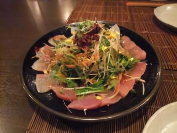 おばんざいはもちろん、生麩や白味噌など京都の食材を使ったお料理の他カルパッチョなど洋風のメニューも。あれもこれも食べてみたい人にはピッタリ。