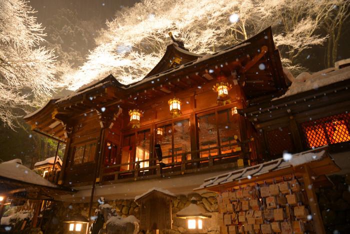 縁結びのパワースポットとして知られる京都の「貴船神社」。長い階段に雪がしんしんと降り積もる様は幻想的。