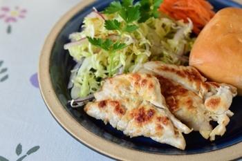 たたいてのばした鶏のささみに塩ゆずをすり込み、休ませてから焼いたヘルシーな朝ごはん。薄く伸ばしているので、調理時間が短いのも嬉しいですね。