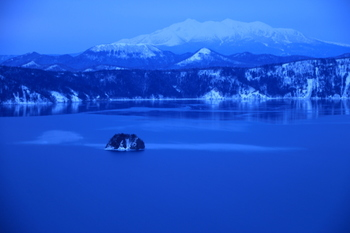 雪を頂く山々や陽射しに映える樹氷が湖面に映り込み、この世のものとは思えない美しさ。どこまでも神秘的です…。