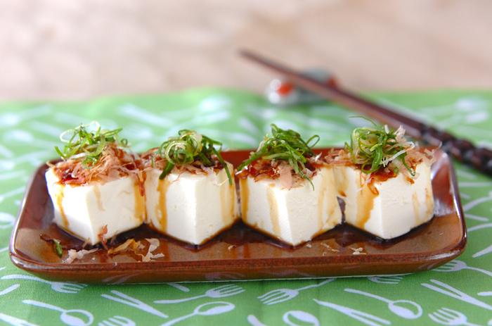 まるでお豆腐のように見えますが、こちらはクリームチーズです。鰹節と刻みネギをたっぷりのせて、和風のチーズ料理になりました。ワインだけではなく、日本酒の肴にもいいですね。