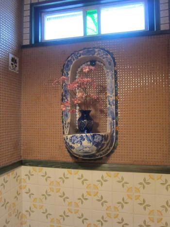 お手洗いと洗面所もこの通り、美しいステンドグラスやタイルで、独特なほっこりした空間になっています。 昭和より古い時代のアンティークの使い方にもこだわりの美を感じます。