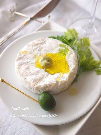 簡単チーズレシピの中でも抜群の簡単さを誇るこちらのレシピ。パッケージから出したカマンベールにオリーブオイルとわさびをのせただけというシンプルさです。小さくカットしてクラッカーにのせてもいいですね。