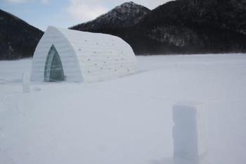 1月下旬から3月下旬まで日本で一番長く凍る然別湖では、「コタン」といって氷上に村が出現するイベントが行われます。雪と氷で作った「イグルー」という建物や、アイスバー、氷上露天風呂、宿泊できるアイスロッジなど、ここでしか体験できない雪と氷の世界が楽しめます。
