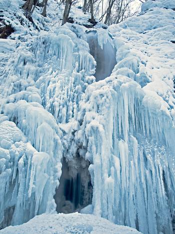 美しい渓流で知られる「奥入瀬渓谷」ですが、滝が凍りつく冬景色も素晴らしく、おすすめ。
