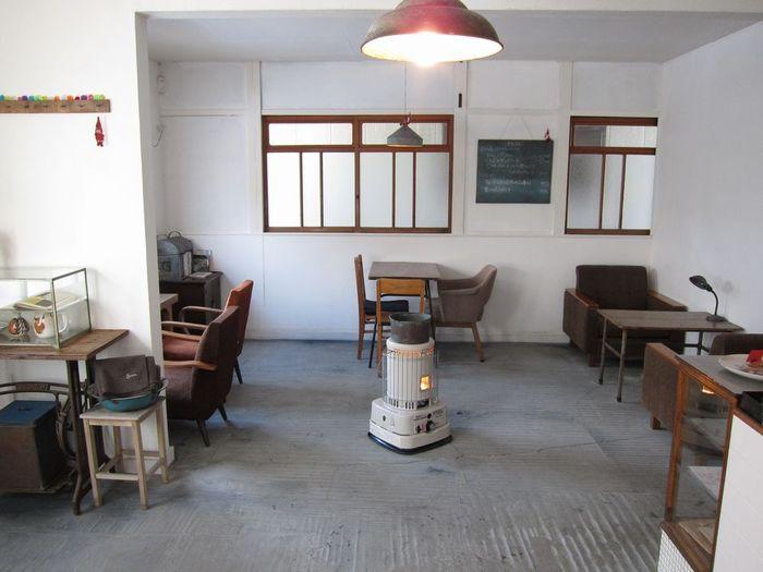 店内は白い壁が透明感を演出し、木製の古びた家具たちが絶妙なバランスで配置されて意外に広々。 ソファなど4つのテーブルがあり、それぞれにくつろげます。