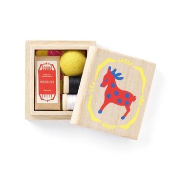 5cm×6cmの小さな桐箱の裁縫箱。可愛らしい箱の中に針5種と白黒2色の糸、糸切りばさみが入ったセットです。持ち運びが便利で、出先のいざという時に役立ってくれそうです。