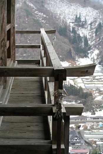 立石寺(山寺)は、ひとつの山の総称で、切り立った岩場に点在するお堂をまとめてそう呼びます。登るに連れて身が浄められていく修行の地。静謐な時間が流れる別世界がそこにあります。